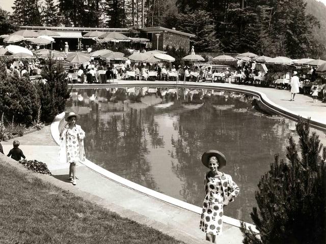 Eine schwarzweiss Fotografie eines Swimmingpools in den 50er Jahren.