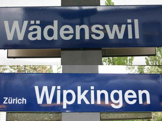 Bahnhofsschilder von Wädenswil und Wipkingen
