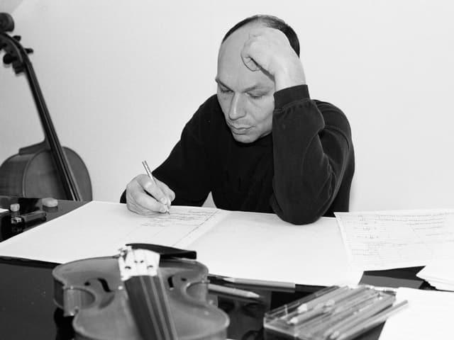Dieter Ammann sitzt über Noten gebeugt am Tisch.