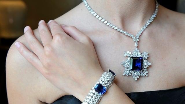 Armband und Halskette mit silbernen und blauen Diamanten.
