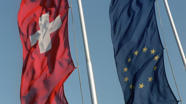 Flaggen der Schweiz und der EU