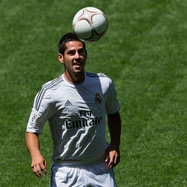 Der offensive Mittelfeldspieler stösst liga-intern vom FC Malaga zu den Königlichen. Auch Manchester City soll sich um das spanische Talent bemüht haben. Die Madrillenen überwiesen 37,5 Millionen CHF für den 21-Jährigen.
