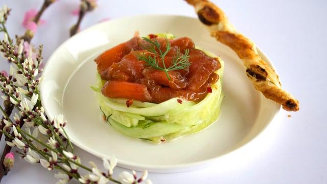 Gebeiztes Lachs-Carpaccio auf Gurken-Ingwer-Salat mit Wasabi-Kräcker.
