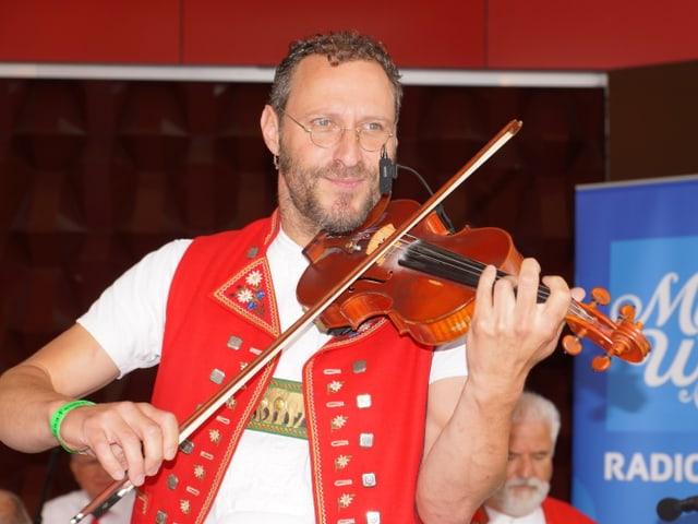 Ein Mann in Appenzellertracht spielt Geige.