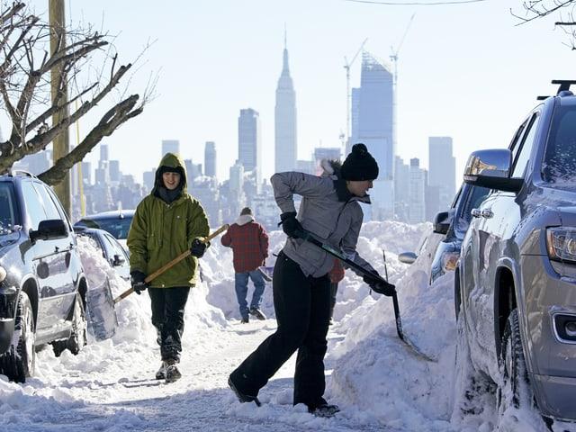Menschen beim Schneeschaufeln in New Jersey