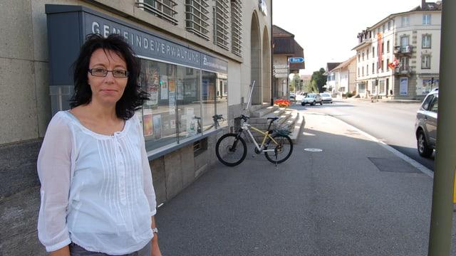 Gemeinderatspräsidentin Rita Sampogna vor dem Gemeindehaus Oberburg