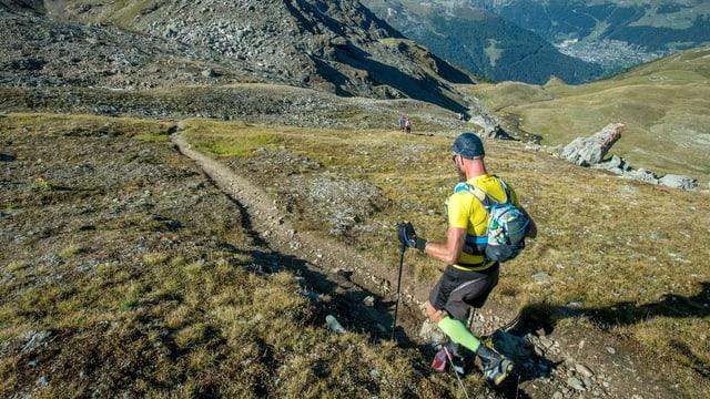 Läufer in Berglandschaft
