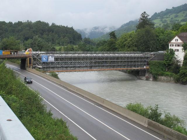 Eingerüstete Rheinbrücke