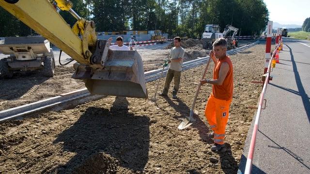 Bauarbeiter bauen an einer Strasse