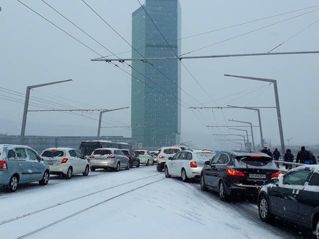 Hier stauen sich die Autos auf der Hardbrücke in Zürich.