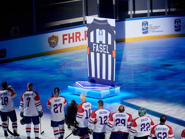 Ein Trikot mit Fasels Name wird im Stadion in St. Petersburg präsentiert.