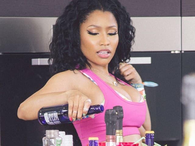Nicki Minaj mit zwei schmalen Knuckleringen