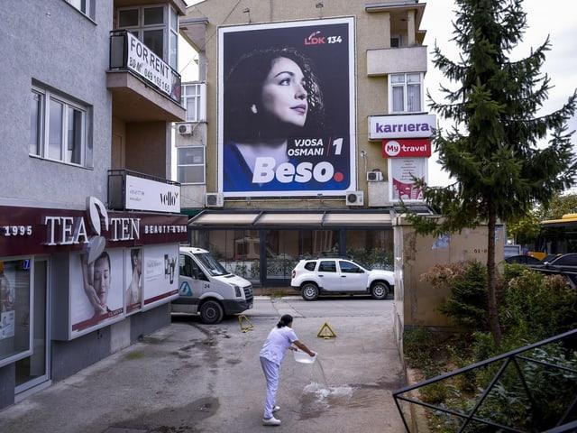 Wahlplakat von Vjosa Osmani