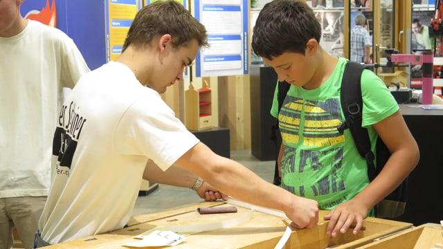 Schüler vermessen Holzplatte