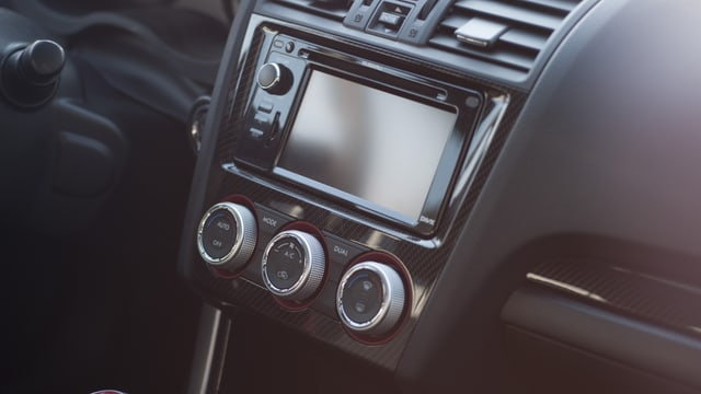 Purtret d'in radio en in auto.