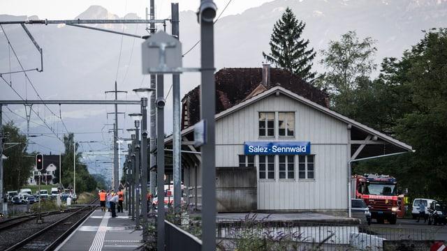 Bahnhof Salez, Berge im Hintergrund.