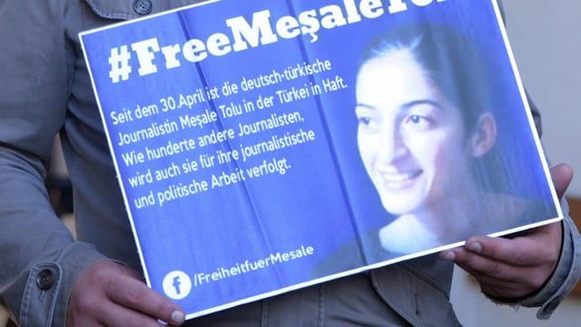 Protestierender mit Plakat in der Hand