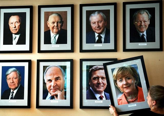 Bildergalerie der Bundeskanzler. Das Bild von Merkel wird grad dazugehängt.