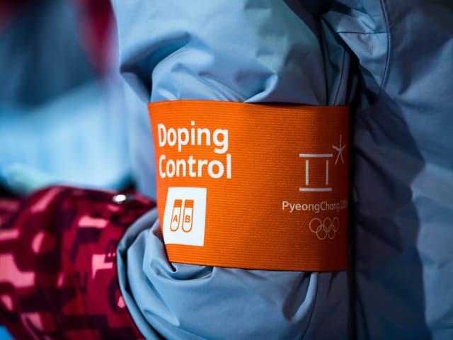 Ein Oberarm eines Doping-Kontrolleurs.