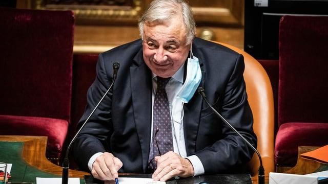 Der Präsident des französischen Senats, Gérard Larcher, hält den Umwelt-Artikel in der Verfassung für überflüssig. Der Vorschlag soll aber offen und wohlwollend geprüft werden