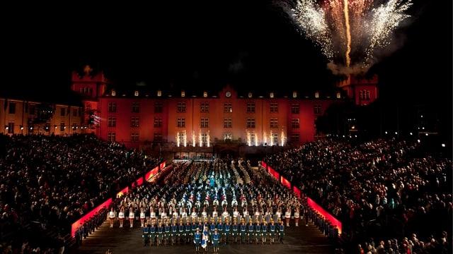 Schlussaufmarsch am Basel Tattoo in der Nacht mit Feuerwerk
