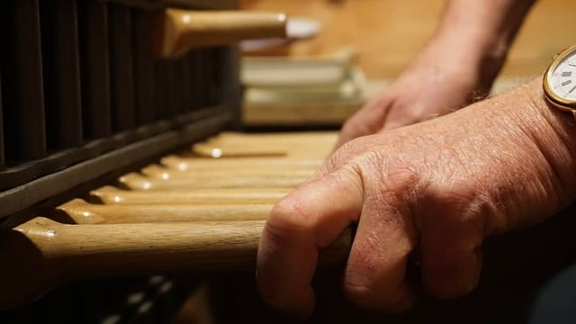 Tasten einer kleiner Orgel.