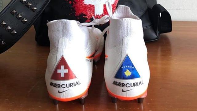 Shaqiris Fussballschuhe mit Schweizer und kosovarischem Wappen