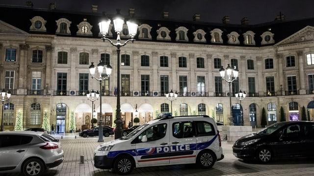 Polizeiauto vor Gebäude.