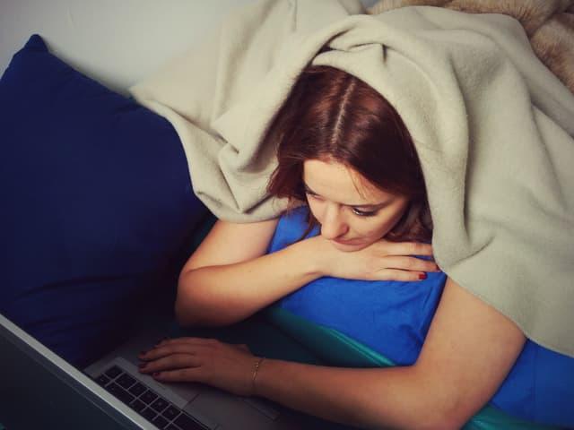 Martina im Bett mit Laptop