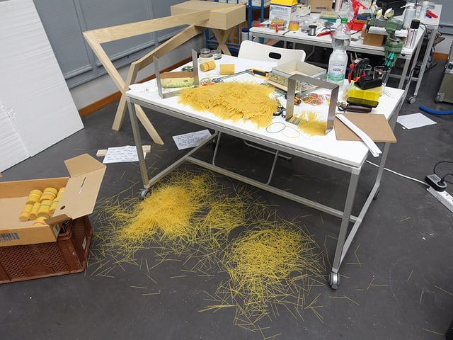 Stäbchen des Relief-Printer-Mediums, verteilt auf Tisch und Boden.