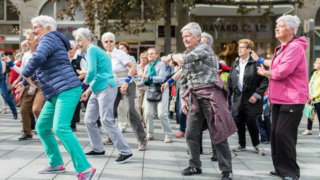 Numerus seniors durant in 'Flashmob' a Cuira.