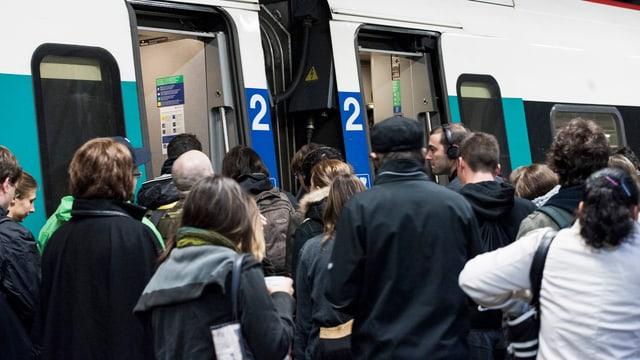 Menschen auf dem Bahnperron.