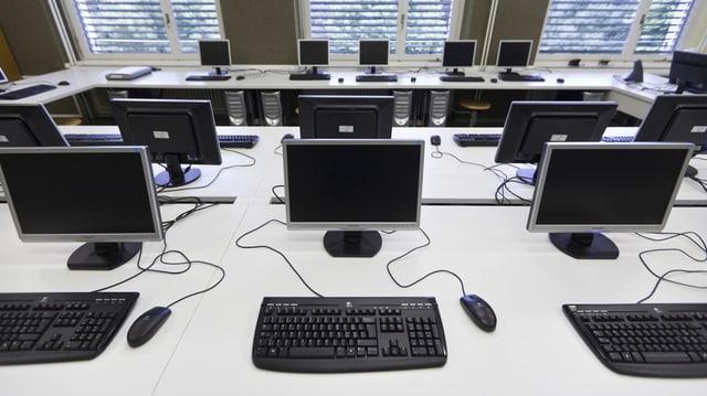 In biro plain computers per l'instrucziun en scola.