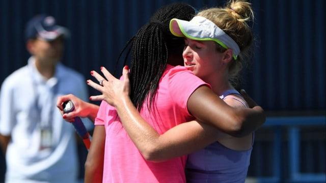 Victoria Duval und Allie Kiick umarmen sich nach der Quali-Partie herzlich.