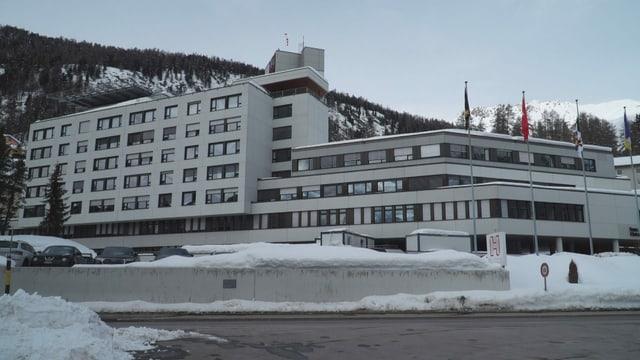 Ospital regiunal - chasa grischa cun bleras fanestras