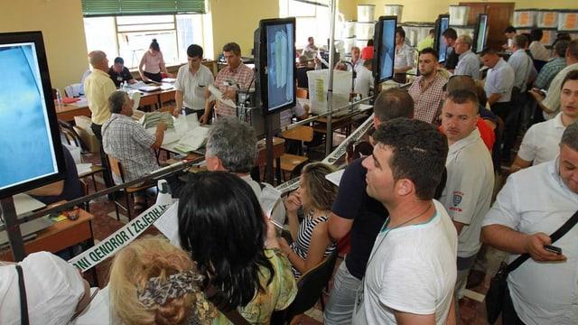 Menschen in Tirana beobachten die offizielle Auszählung der Parlamentswahlen in Albanien. (reuters)