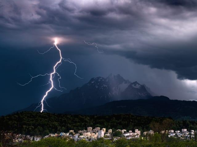 Blitzeinschlag neben Luzern