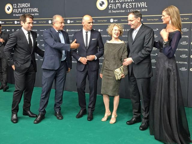 Festivalgründer Karl Spoerri und Nadja Schildknecht umrahmen Bundesrat Alain Berset und Zürichs Stadtpräsidentin Corine Mauch auf dem grünen Teppich für ein Foto