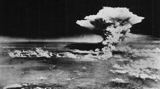 Schwarz-weiss-Aufnahme einer Wolke nach Bombe auf Hiroshima.