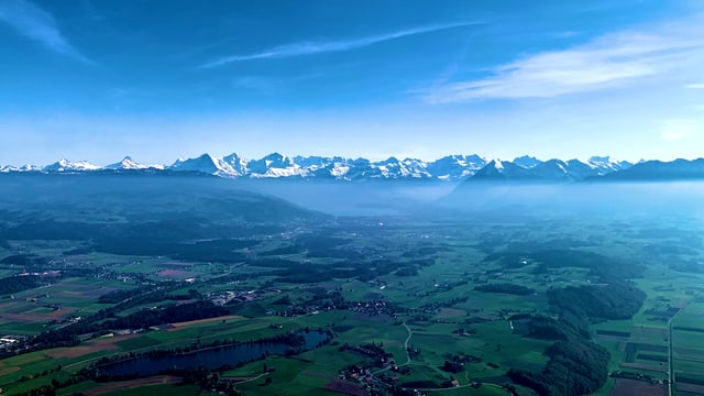 Schon am Montagnachmittag setzte der Föhn über den Alpen ein, im Mittelland lag aber noch die kühlere Dunstschicht.