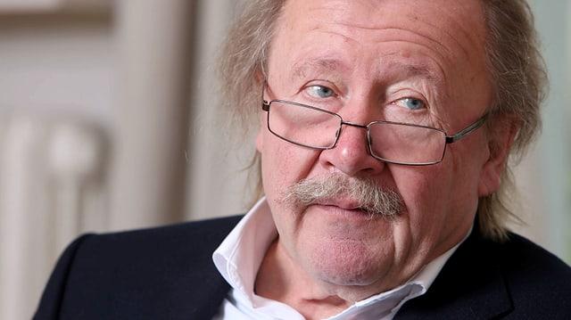 Peter Sloterdijk, Nahaufnahme, mit Brille auf der Nase leicht seitlich schauend.