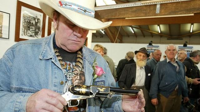 Angy Burri besichtigt eine Pistole, eine Colt Walker 1847.