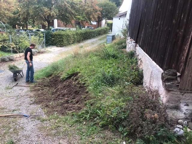 Gras wird abgetragen