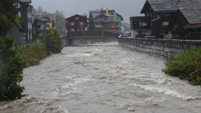 Hochwasser führender Bach in Vals.