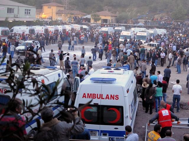 Ambulanzfahrzeuge auf Platz stehend, Menschenmenge