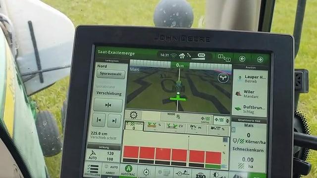 Ein Display auf dem Traktor, auf dem man einen Abschnitt des Feldes sieht.