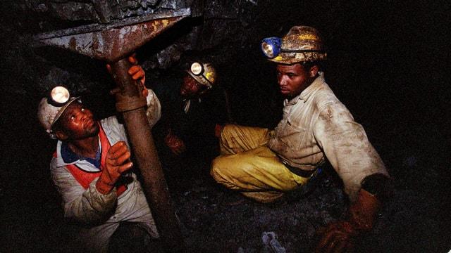 Zwei Arbeiter in einer Goldmine