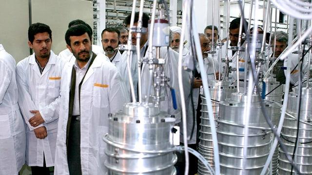 Irans Präsident Ahmadinedschad besichtigt Uran-Zentrifugen in Natans.