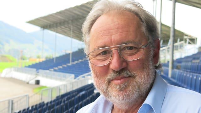 Oscar J. Schwenk, Verwaltungsratspräsident der Pilatus Flugzeugwerke, sitzt auf der Tribüne