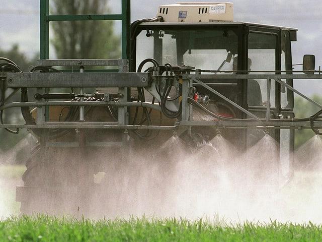 Grosse Landwirtschaftsmaschine versprüht Pestizide.
